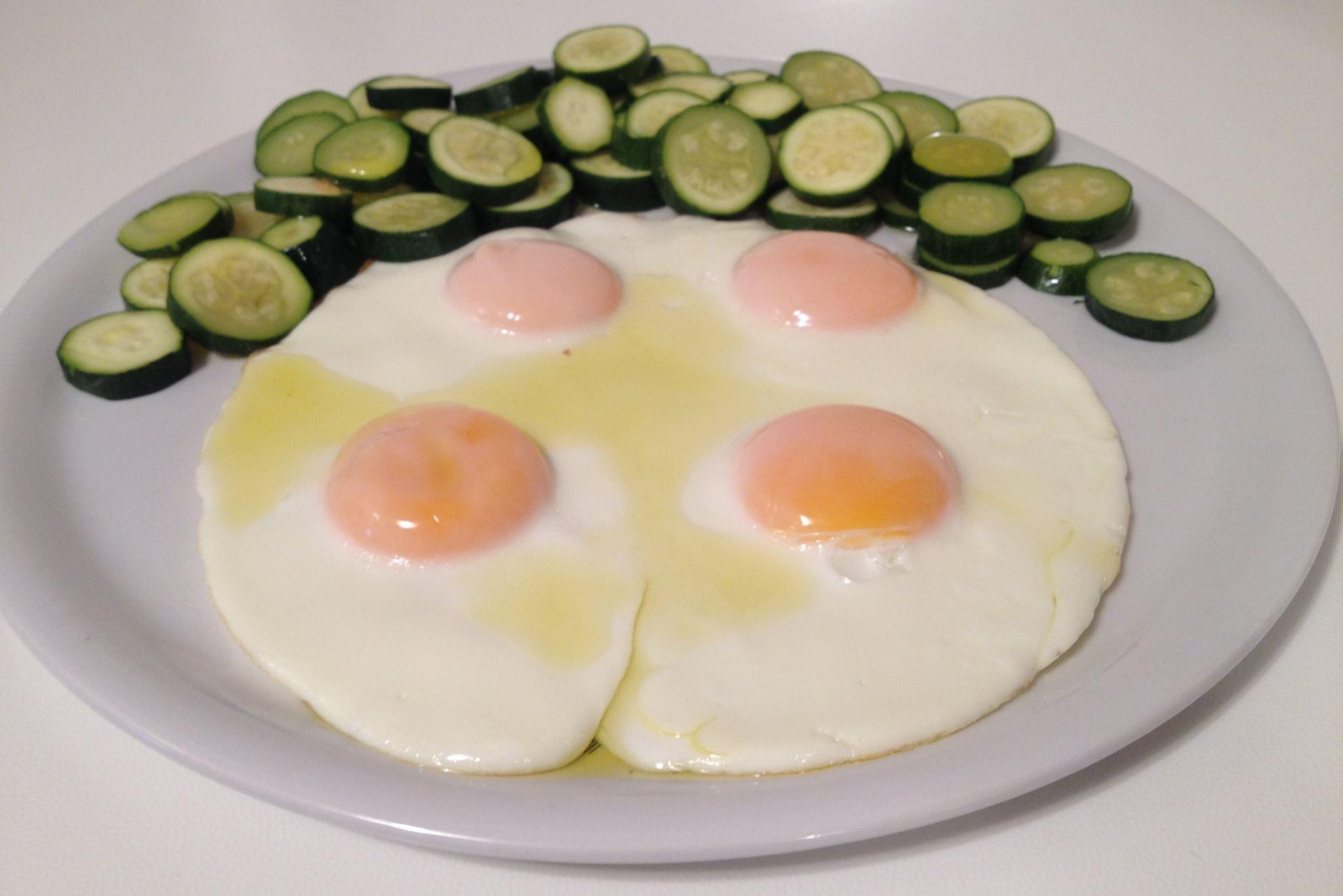 uova intere, zucchine, olio di oliva