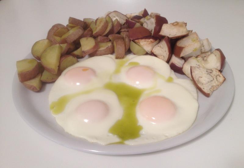 Uova intere, patate rosse con la buccia, melanzane e olio di oliva