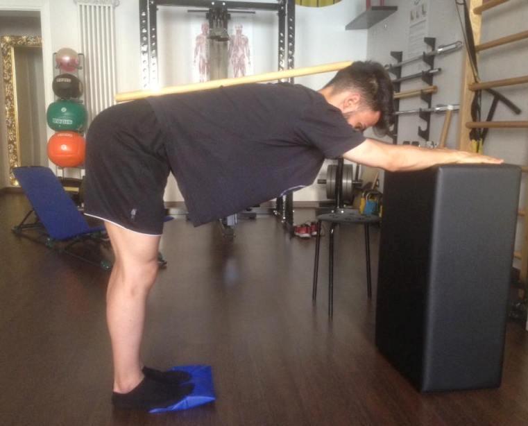 Esercizio di stretching per la schiena e polpacci - Personal Trainer Bologna