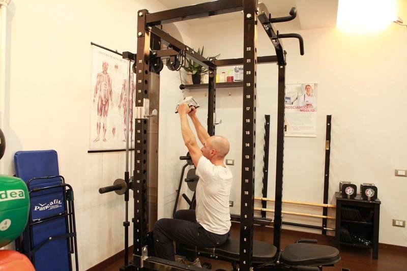 Lat machine avanti con triangolo per l'allenamento dei muscoli dorsali - Personal Trainer Bologna