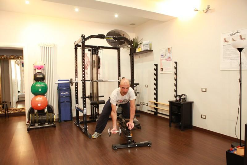 Rematore con manubrio per i muscoli dorsali - Personal Trainer Bologna